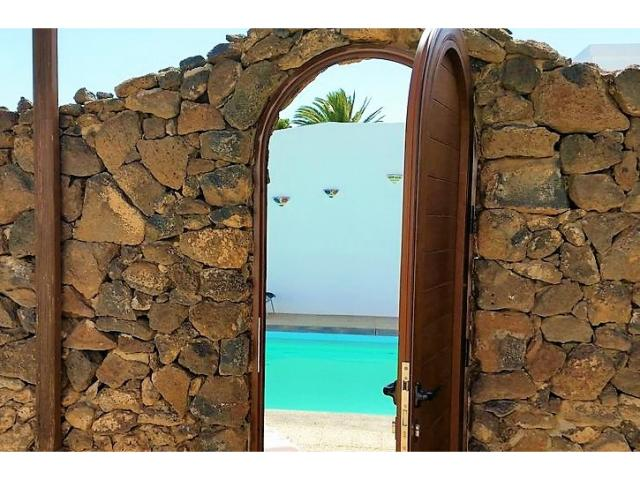 Private villa sleeps 8 secluded swimming pool with lockable door English TV/Wifi