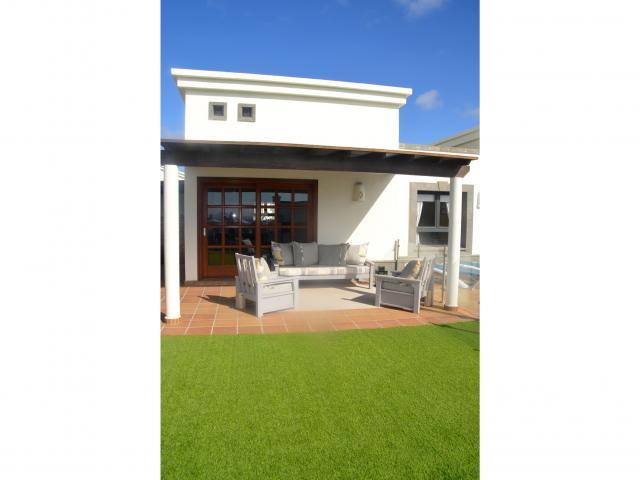 Pergola with shaded seating area - Villa Aroca, Playa Blanca, Lanzarote