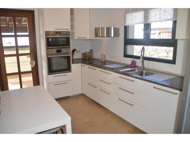 Fully fitted modern kitchen - Villa Aroca, Playa Blanca, Lanzarote